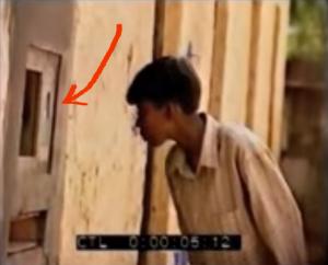 """Menino indiano olhando pela primeira vez o computador de um dos experimentos """"um buraco na parede"""" de Mitra"""